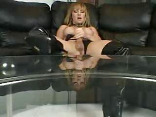 Los videos xxx amateur caseros tres acarician a la mujer mientras ella cuelga, follándolo en el culo.